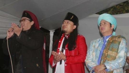 Asep Saepudin ketua LSM GMPB (Gamis Merah/tengah) beberapa waktu lalu saat mengisi acara maulid nabi Muhammad SAW.