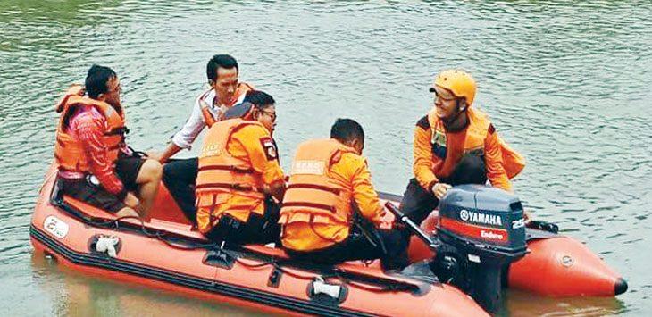 Petugas BPBD Karawang sedang melakukan pencarian korban. ASEP SOPIAN/RADAR KARAWANG