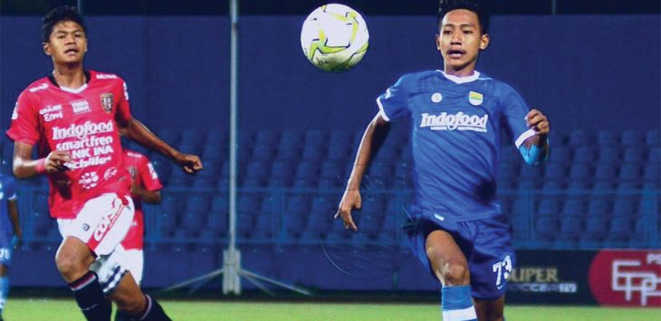 MEREBUT BOLA: Penggawa Maung Ngora, Beckham Putra Nugraha saat mencoba merebut bola dari pemain lawan. Istimewa