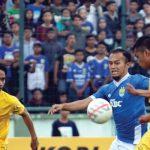 KETAT: Pemain Persib Bandung Airlangga dijaga ketat pemain dari Bintang Bola Kopi ABC, di Stadion Siliwangi, Minggu (23/12/18). FERRY PRAKOSA/RADAR BANDUNG