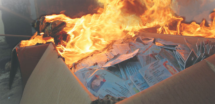 TIDAK TERPAKAI: Disdukcapil Kota Depok memusnahkan 30 ribu blangko e-KTP yang sudah tidak terpakai, di Balaikota Depok, Jumat (14/12/18). Ahmad Fachry/Radar Depok