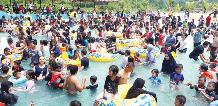 RAMAI : Pengunjung Cikao Park terlihat memenuhi wahana kolam renang. Gani/Radar Karawang