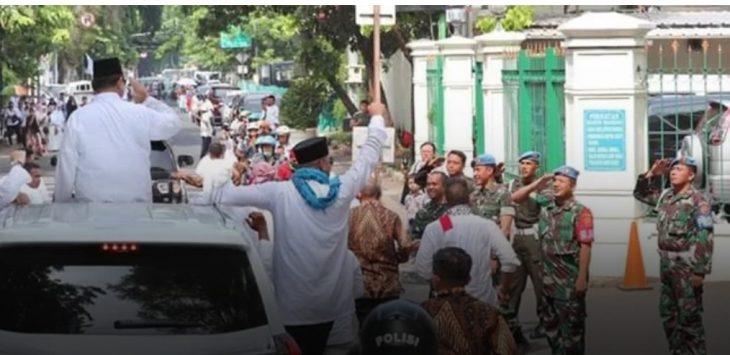 Paspampres beri hormat pada Prabowo.