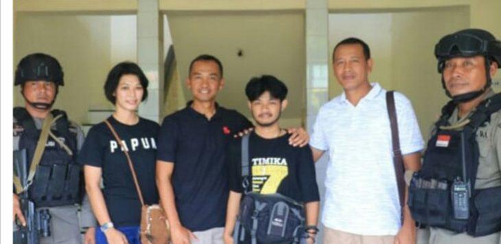 Irawan Maulana (tengah pakai baju hitam), saat dijemput tim dari Polda Jabar, untuk pulang ke Garut./Foto: Arif