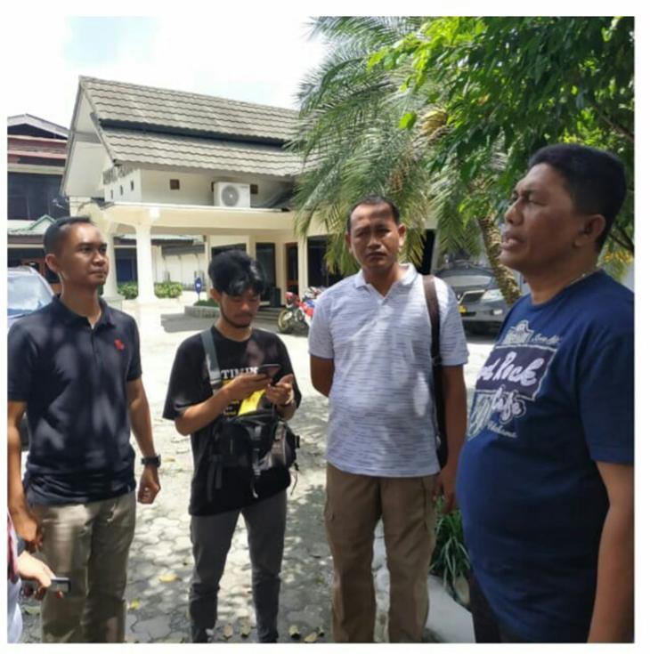 Irawan Maulana (tengah pakai baju hitam), saat dijemput tim dari Polda Jabar, untuk pulang ke Garut.