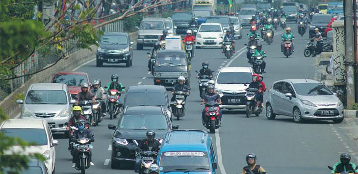 PENERAPAN GANJIL GENAP : Sejumlah kendaraan saat melintas di kawasan Jalan Margonda Raya, kemarin. Penerapan ganjil genap yang digagas Dinas Perhubungan (Dishub) Kota Depok sampai saat ini masih dalam proses kajian bersama konsultan. Ahmad Fachry/Radar Depok