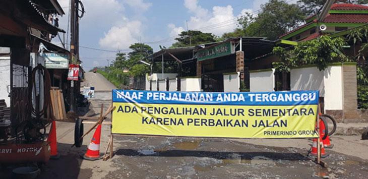 PERBAIKAN JALAN : Jalan Gas Alam kawasan Kecamatan Cimanggis ditutup untuk perbaikan, kamis (27/12/18). Irwan/Radar Depok
