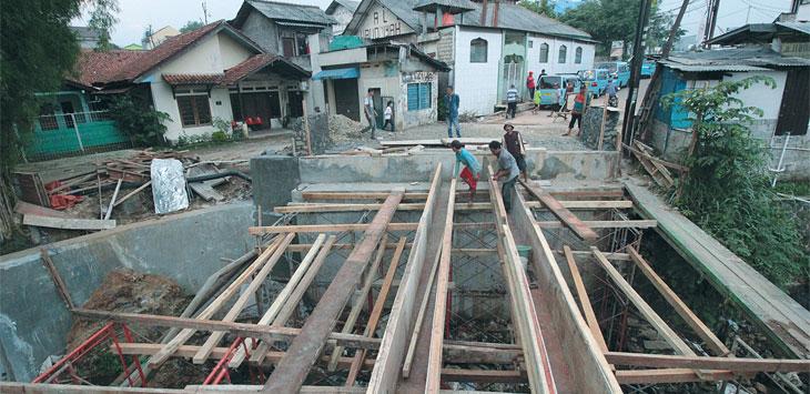 S UDAH AKAN SELESAI : Pekerja beraktifitas di proyek jembatan Pitara, Kelurahan/Kecamatan Pancoranmas, Minggu (9/12). Ruas Jalan tersebut diprediksi akan normal kembali pada Januari 2019 mendatang. Ahmad Fachry/Radar Depok
