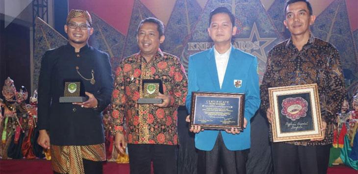 Kapolrestabes Bandung Kombes Pol Irman Sugema, mengenakan batik coklat, saat menerima KNPI award kategori kota kondusif.