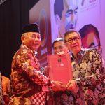 Rahmat Effendi menerima penghargaan dari Yasonna Laoly.