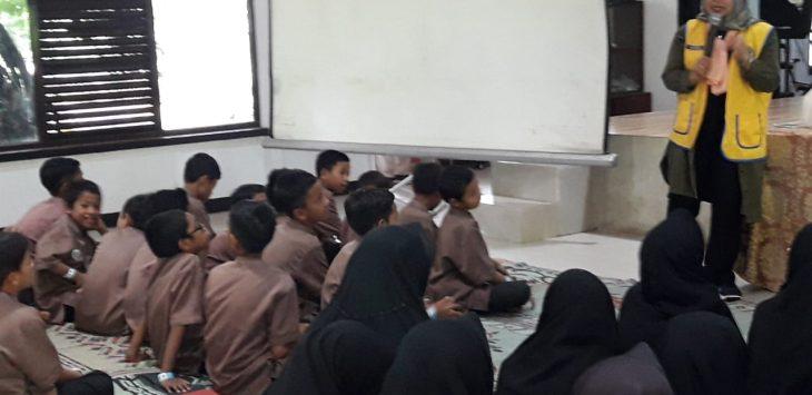 L Riva sedang mengedukasi anak anak dari Panti Asuhan Rumah Yatim./Foto:  Lions Club Bandung Tohaga