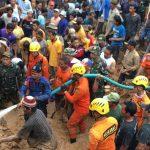 EVAKUASI : Warga dan tim SAR saat melakukan pencarian korban longsor yang terjadi di Kampung Karajan, Desa Salam Jaya, Kecamatan Pondoksalam, beberapa hari lalu.