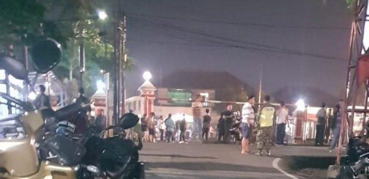 Massa yang mendatangi Polsek Ciracas Rabu dinihari (foto detik)