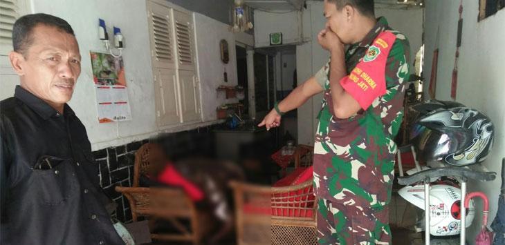 Sosok mayat di temukan di rumahnya dalam kondisi tertidur  bau menyengat di desa Adi darma, Kecamatan Gunung jati Cirebon (08/12/2018).