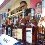 Sejumlah botol miras oplosan milik YL yang diamankan pihak kepolisian Resort Cirebon Kota (Polres Ciko)./Foto: Alwi