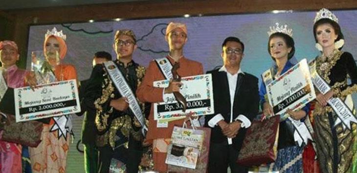 MENANG : Mojang dan Jajaka Purwakarta 2018 yang baru terpilih menunjukan hadiah. istimewa