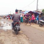 SEMRAWUT : Pedagang Kaki Lima Pasar Cikampek terlihat semrawut. Jalan yang seharusnya digunakan para pengendara dan pejalan kaki dijadikan lapak PKL. Asep Sopian/Radar Karawang