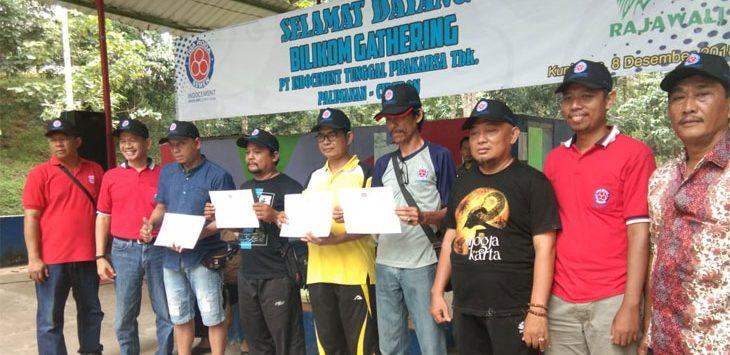 Asst GMO  PT Indocement Pabrik Palimanan, Otto Ahadijat memberikan hadiah ke desa Binaan. Kirno/Pojokjabar