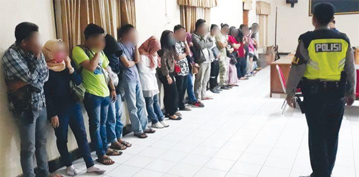 Belasan pasangan bukan muhrim terjaring razia di penginapan dan hotel. Mereka digiring ke Mapolres Purwakarta untuk diberi pembinaan.