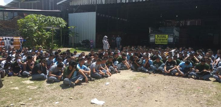 Ratusan pelajar yang diduga hendak tawuran saat menerima bimbingan dari guru mereka. Alwi/pojokjabar.com
