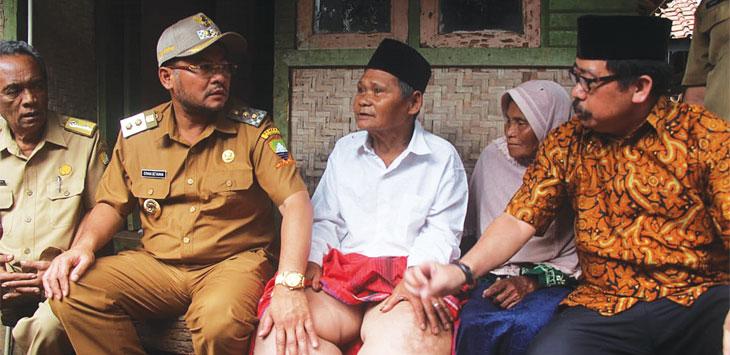 JENGUK WARGA: Wakil Bupati Sumedang Erwan Setiawan saat menjenguk Yuyu salah seorang warga yang diduga menderita kaki gajah. TOHA HAMDANI/RADAR SUMEDANG