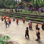 Proses pencarian Tamir (60) di Sungai Darung Desa Tenajar Kidul Kecamatan Kertasemaya. (Foto yanto).
