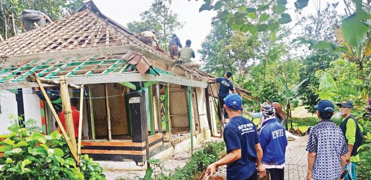 GOTONG ROYONG : Warga Desa Pasanggaran, Kecamatan Bojong melakukan gotong royong untuk membangun rumah Lilis yang ambruk. Gani/Radar Karawang