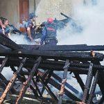 TERBAKAR: Rumah Toto ludes terbakar diduga disebabkan korsleting listrik. TOHA HAMDANI/RADAR SUMEDANG