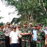 PERESMIAN: Tim Satgas Citarum Harum didampingi Forkopimka Cimanggung, Kades Cihanjuang dan warga saat meresmikan tempat sampah. Toha Hamdani/Radar Sumedang