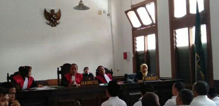 Suasana sidang sembilan tersangka kasus dugaan korupsi dana hibah tasikmalaya, saat sidang perdana di PN Bandung, Senin (10/12/2018)./Foto: Arif