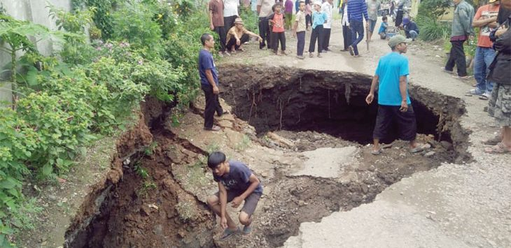 Amblas: Warga Kampung Parungpeusing Cijembel menyaksikan jalan Cantilian Gunung Pancir yang menghubungkan Nanjung menuju Ciharuman Kec Kutawaringin Kab Bandung yang amblas, minggu (09/12/18). Istimewa