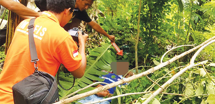 MEMERIKSA : Tim Inafis Polres Sumedang dan Puskemas Cimalaka memeriksa jenasah Ama. AGUN GUNAWAN/RADAR SUMEDANG