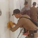SEGEL : Petugas Pol Satpol PP menyegel salah satu toko modern di wilayah Subang, Rabu (12/12/18).