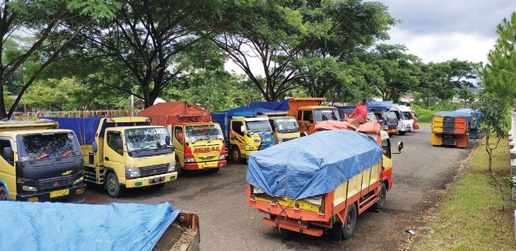 DIBERHENTIKAN: Puluhan truk tampak mangkal di halaman depan Kantor IPP Setda Sumedang, Rabu (26/12/18). Panji/Radar Sumedang