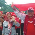 GERAKAN CEGAH HIV : Walikota Depok Mohammad Idris bersama warga Depok saat membentangkan kain merah berbentuk pita aids dalam rangka memperingati Hari Aids sedunia di GDC, Kecamatan Sukmajaya, Minggu (9/12). Irwan/Radar Depok