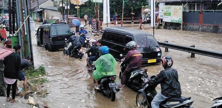NYARIS LUMPUH: Lalu lintas di Jalan Baros tersendat bahkan nyaris lumpuh akibat luapan air di Sungai Cisuda yang menggenangi jalan hingga beberapa rumah di sekitar sungai ikut terendam.