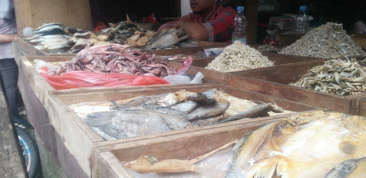 BERJUALAN: Salah soerang pedagang saat berjualan Ikan Asin saat berjualan di salah satu pasar di Kabupaten Sukabumi