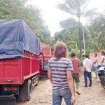 DIPROTES: Sejumlah warga Kampung Sukasirna, Desa Cikembar, Kecamatan Cikembar, saat melakukan aksi blokade kendaraan roda empat jenis truk milik perusahaan peternakan. Foto : Radar Sukabumi