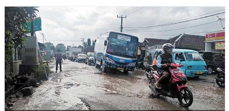 RUSAK PARAH: Jalan Palabuhan II di Desa/Kecamatan Cikembar mirip kubangan kerbau akibat kerusakan jalan yang sangat parah.