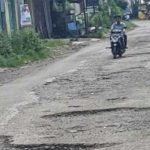 PERLU DIPERBAIKI: Para wisatawan yang akan ke Jangari keluhkan rusaknya jalan. Padahal itu salah satu faktor penting penunjang wisata.
