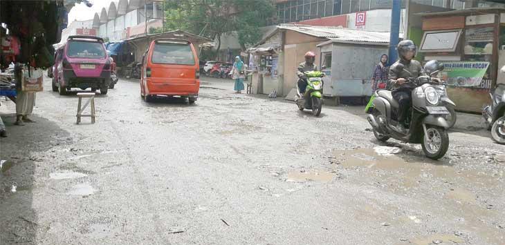BECEK: Kondisi jalan Tipar Gede, Kelurahan Tipar, Kecamatan Citamiang semakin tidak sedap dipandang pasca masuk musim hujan.