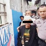 DIGLANDANG: Anggota Polsek Cibadak saat membawa pelaku pencurian kotak amal, belum lama ini. Foto : Radar Sukabumi