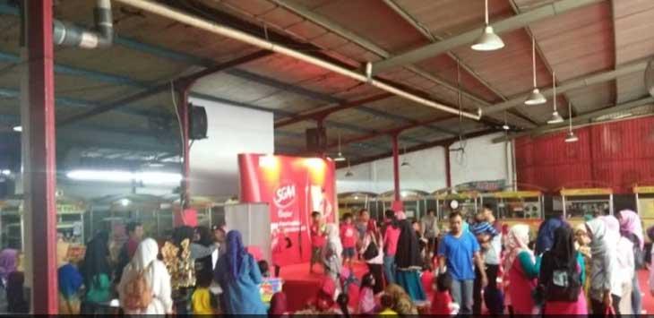 Para orangtua murid dan guru peserta mewarnai SGM di lantai dua Toserba Selamat Sukabumi ngamuk lantaran acara dibatalkan sepihak oleh panitia. (foto: Wahyu/radarsukabumi)