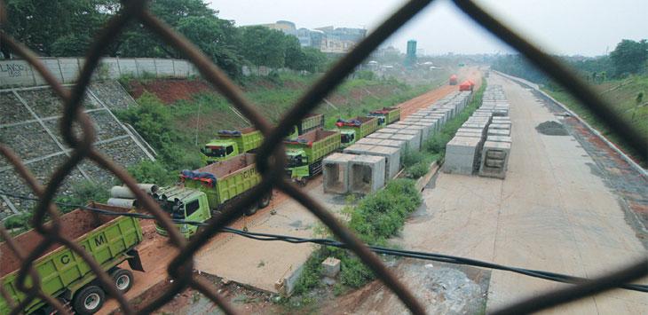 MASIH BELUM SELESAI : Suasana proyek pembangunan Tol Cijago di kawasan Kelurahan Baktijaya, Kecamatan Sukmajaya yang masih belum selesai pengerjaannya. Ahmad Fachry/Radar Depok