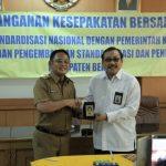Plt Bupati Bekasi bersama BSN menandatangani MoU. Foto : Humas Pemkab Bekasi for Pojoksatu