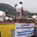 BANYAK YANG RUSAL: Petani ikan jangari sedang membersihkan puing-puing jaring terapung yang rusak akibat terseret derasnya air.