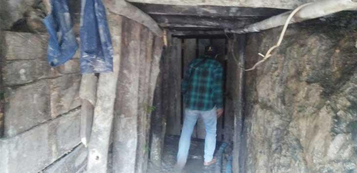 MASIH AKTIF: Salah satu lubang galian tambang emas di kawasan Hutan Produksi di Selatan Kabupaten Sukabumi yang masih aktif digunakan masyarakat untuk mencari emas.