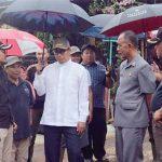 MENINJAU: Walikota sukabumi, Achmad Fahmi bersama Kepala Pelaksana BPBD Kota Sukabumi, Asep Suhendarawan bersama unsur lainnya saat meninjau lokasi longsor. Foto : Radar Sukabumi