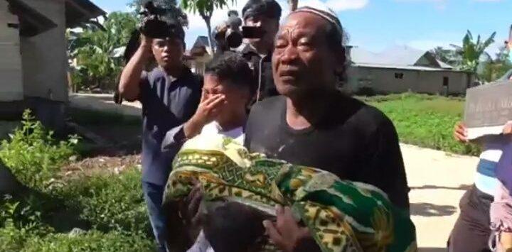 Jenazah dari salah satu makam yang dibongkar di Gorontalo karena beda pilihan caleg sedang dipindahkan keluarganya (inews)