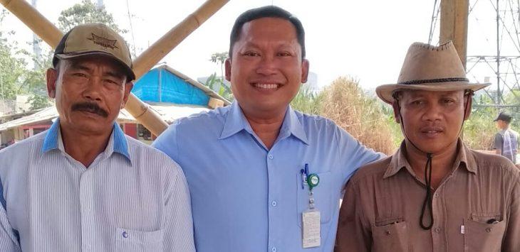 Widi Nugroho Sahib (tengah) Head Of Corporate Affair PT.SPV, saat berfoto dengan masyarakat sekitar pabrik / foto : Dok.